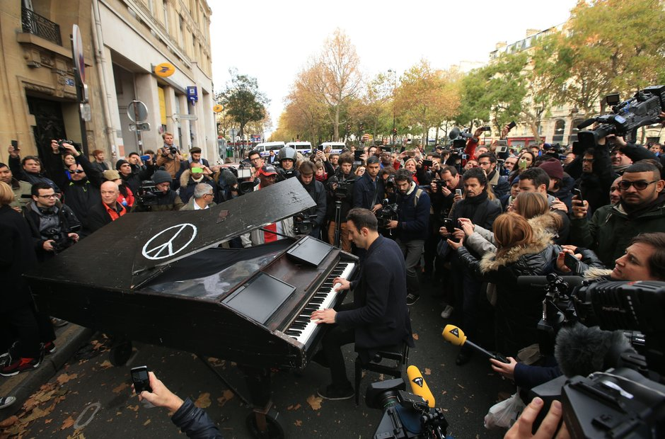 John Lennon piano Paris